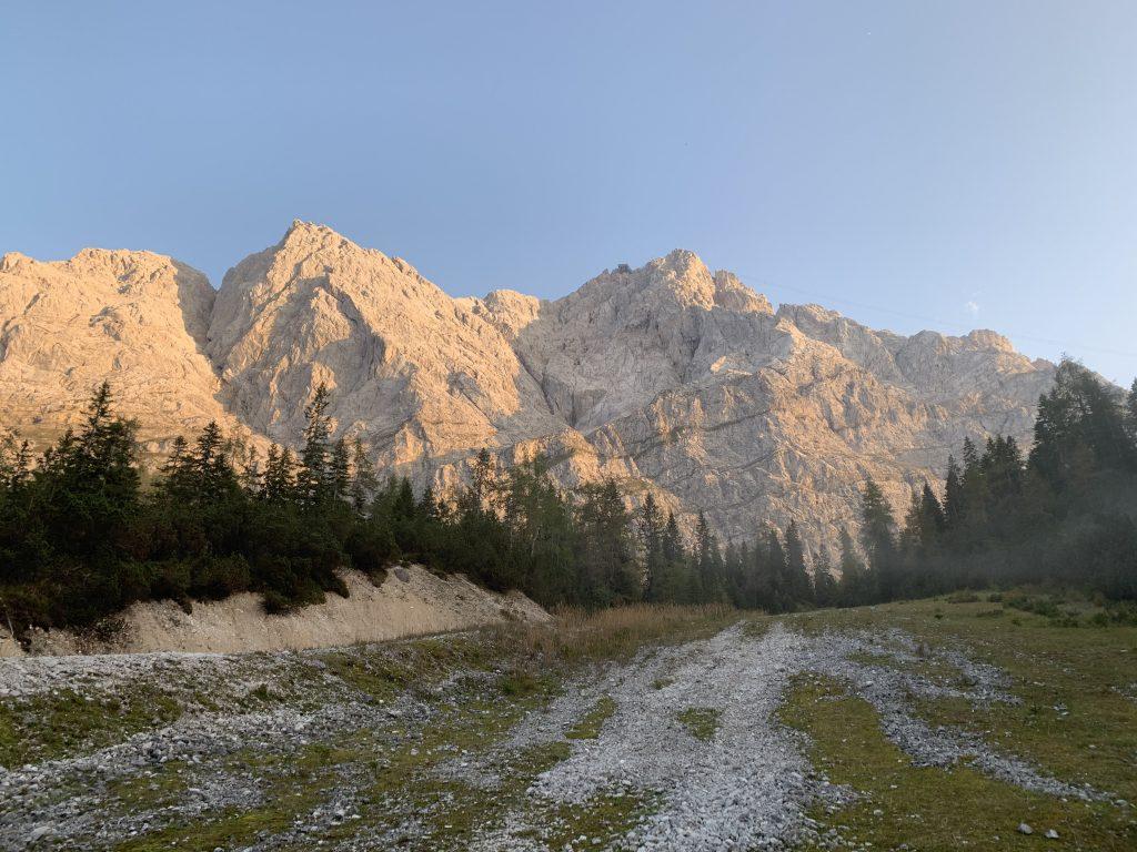 Grań Zugspitze od strony zejścia nad Eibsee