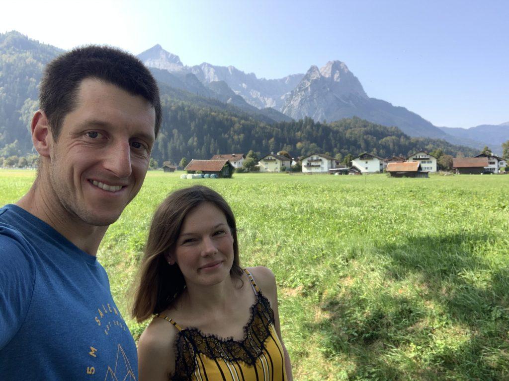 Polanka w Garmisch-Partenkirchen z widokiem na grań Wettersteingebirge z Alpspitze i Zugspitze