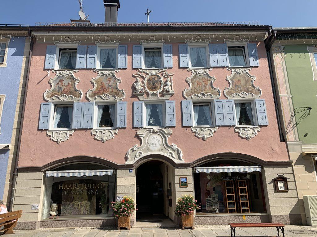 Garmisch-Partenkirchen - Ornamenty roślinne i zwierzęcy w ościeżnicach