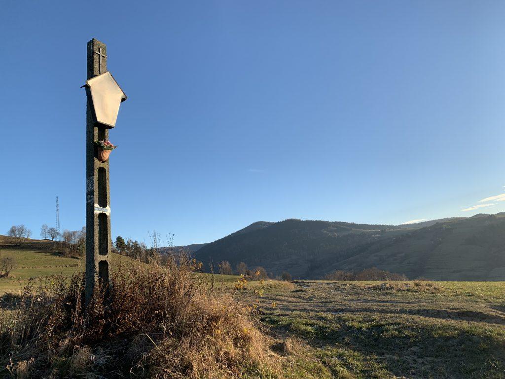 Cyrla - Spotkanie z niebieskim szlakiem do Łomnicy Zdrój, w tle Wargulszańskie Góry