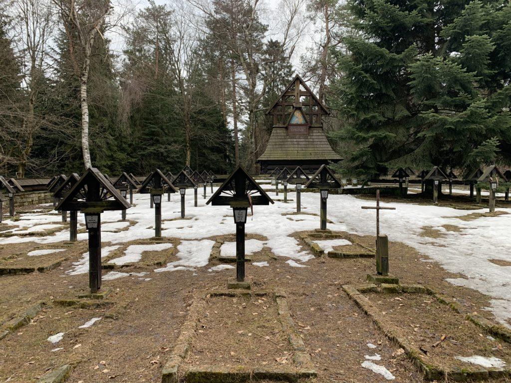 Magura Małastowska - W tle płaskorzeźba Matki Boskiej Częstochowskiej